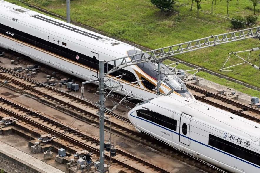 """2017年9月21日,一列""""复兴号""""动车组在京沪高铁线路上与""""和谐号"""""""